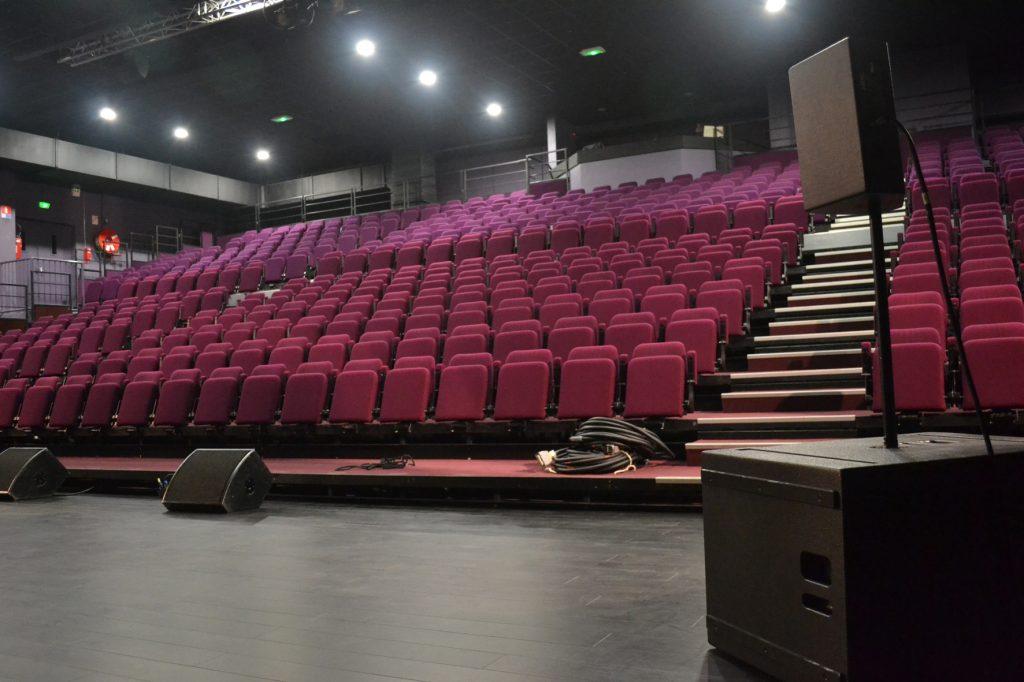 Jauge 400 places. La salle est très large ce qui peut nécessité, selon l'implantation technique de condamner les fauteuils situés aux extrémités.